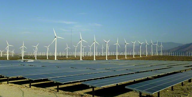 地球温暖化の防止対策の一つとして、重要な鍵を握る再生可能エネルギー。アメリカのカリフォルニア州では、すべての電力を2045年までに再生可能エネルギーに転換することを目指す法律が成立するなど、世界各地で意欲的な挑戦が広がっている(同州のパームスプリングスで。EPA=時事)