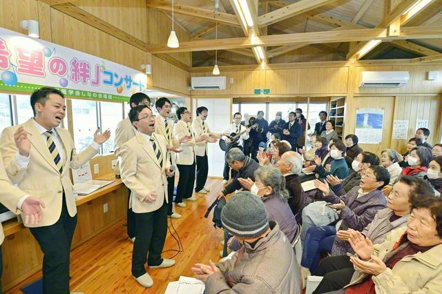 """音楽隊による「希望の絆」コンサート(昨年1月、福島・いわき市で)。東日本大震災をはじめ、豪雨災害などの被害を受けた地域で、被災者の""""心の復興""""を願って開催されてきた公演は150回を超える。その活動は、国連防災機関が運営するウェブサイトでも紹介された"""