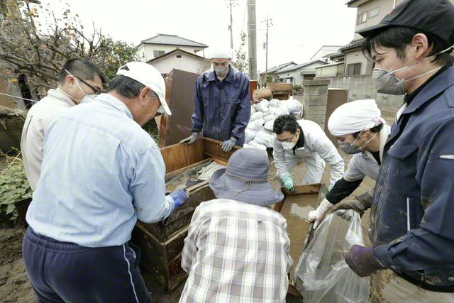 昨年10月、東日本を中心に記録的な大雨をもたらした台風19号。被害に遭った地域では、男子部の有志による清掃ボランティアの「かたし隊」が、泥水につかった畳や家財などの運搬作業に当たった(栃木・佐野市で)