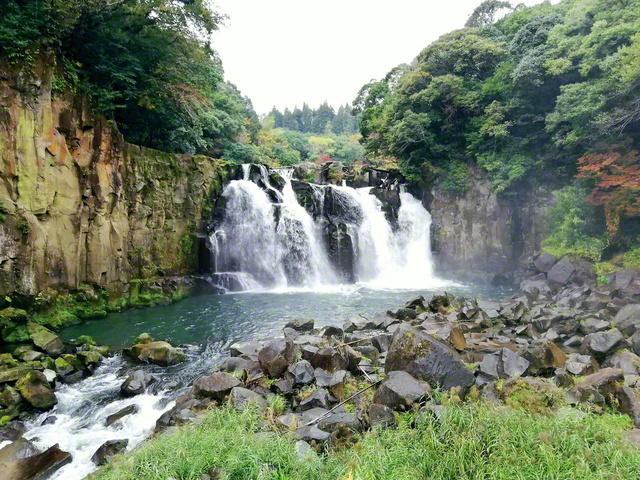 落差18メートル、その飛泉の音としぶきに圧倒される。「関之尾滝」は日本の滝100選に選ばれている(宮崎県都城市)=宮崎支局