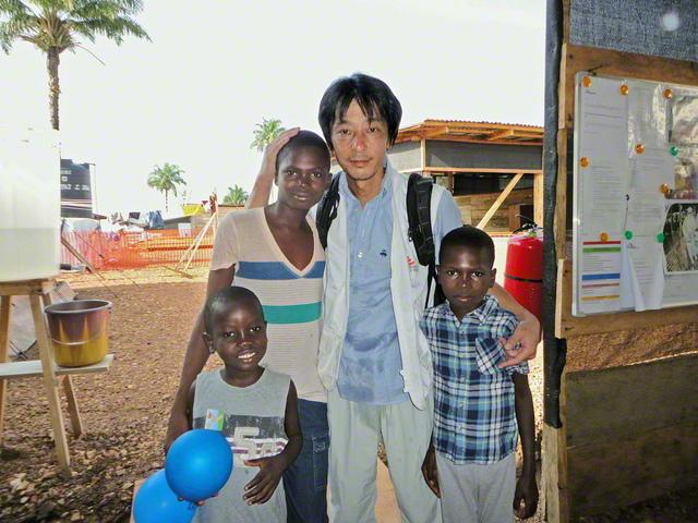 シエラレオネのエボラ出血熱を乗り越えた少年たちと(国境なき医師団提供)