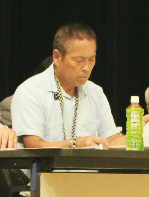 公聴会に参加した小野さん(2018年8月、筆者撮影)