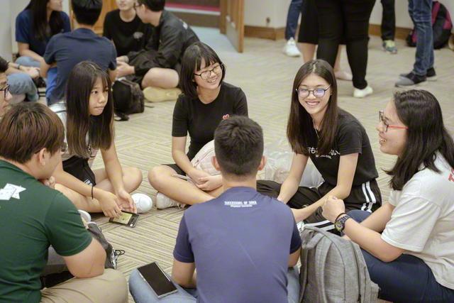 福智の太陽がスクラム固く誓いの前進! 和やかに懇談するシンガポール女子学生部の友ら