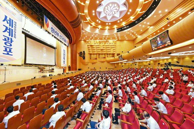 韓国の青年部先駆大会が26日、首都ソウルの池田記念講堂で。会合の模様は、全国143会場に同時中継された。大会では、男子部の田旼浩さん、女子部の李效珍さんの活動報告に続き、鄭辰宇青年部長、洪成国男子部長、田正美女子部長が、青年部の陣列拡大への決意を発表。金仁洙理事長は、一人立つ精神と師弟不二の魂を胸に、希望を広げる対話に挑戦し、「世界青年部総会」を大勝利で飾ろうと語った