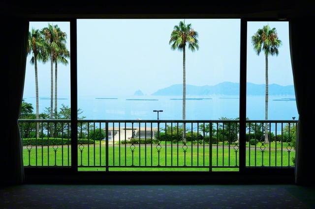 研修棟本館に入ると、瀬戸内海の大パノラマが迎えてくれる