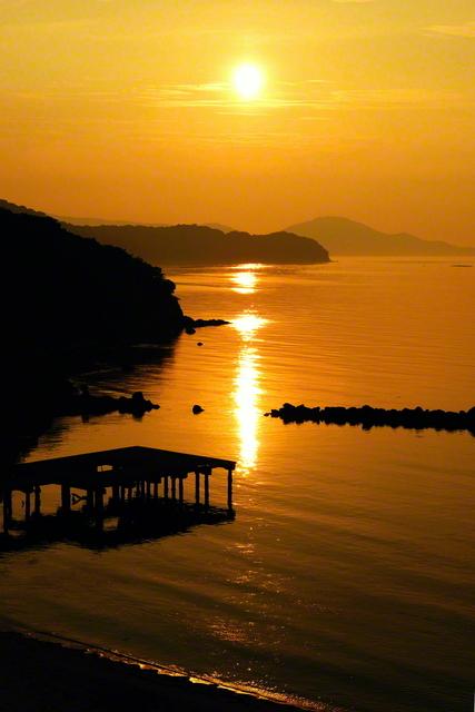 """時の流れを忘れるほどの絶景が広がる。美しき夕日が水面に描く""""黄金の道"""""""