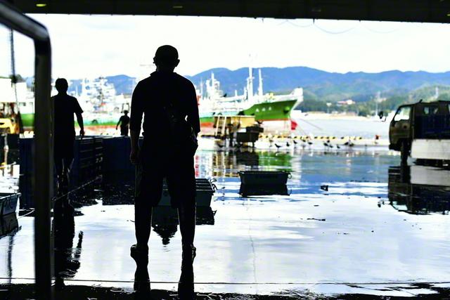 """""""この海と生きていく。故郷を守り抜く""""――そんな決意を胸に秘め、吉田さんは、今朝も、市場に立つ"""