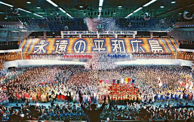 第6回「世界青年平和文化祭」のフィナーレで、池田先生が両手を高く上げて、出演者に応える(1985年10月20日、広島県立体育館<当時>で)。被爆40年という節目に、世界中の青年たちが歌や踊りを通し、広島の地で、恒久平和を訴える姿に、各界の来賓たちは称賛を惜しまなかった。この日は、「広島の日」「広島青年部の日」に。明後20日、35周年の佳節を迎える