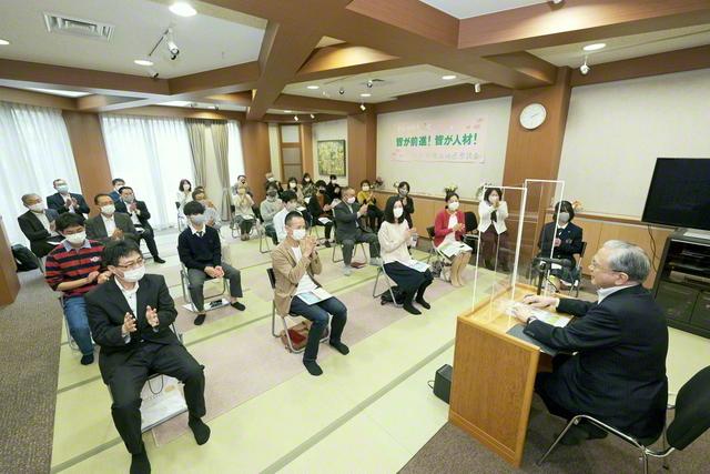原田会長が千葉・妙典西地区の座談会へ。10・2「世界平和の日」にちなんで、未来部員が将来、訪れたい国を発表。男子部の髙田謙一さんが御書講義した(市川市内で)