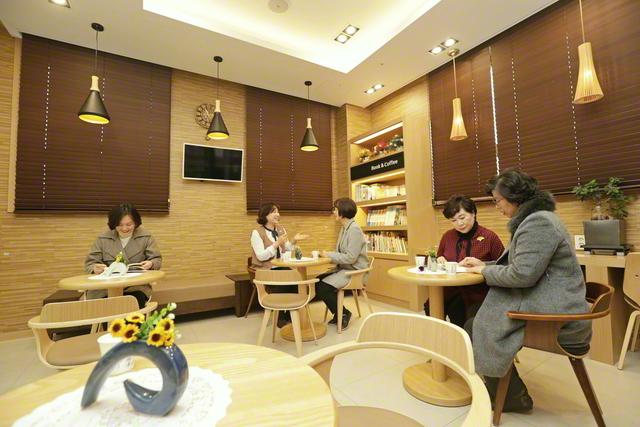 密陽平和文化会館で語らう韓国SGIの友(撮影は新型コロナウイルス感染拡大前の本年2月初旬)