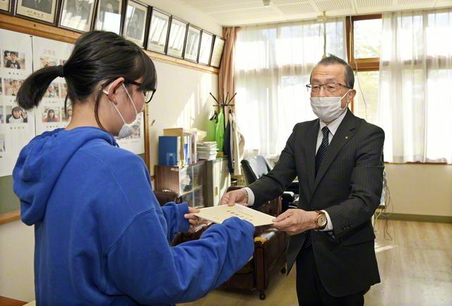 日下北海道長㊨が児童の代表に目録を手渡す(27日、安平町立遠浅小学校で)