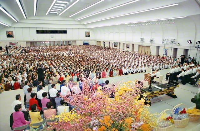 2001年11月12日、巣鴨の東京戸田記念講堂で開催された「11・18」を慶祝する本部幹部会。新世紀第1回の関西総会・北海道栄光総会、男子部・女子部結成50周年記念幹部会の意義を込めての集いでもあった。会場の後方には、初代会長・牧口常三郎先生と第2代会長・戸田城聖先生の肖像画が掲げられ、集った創価の同志を見守る