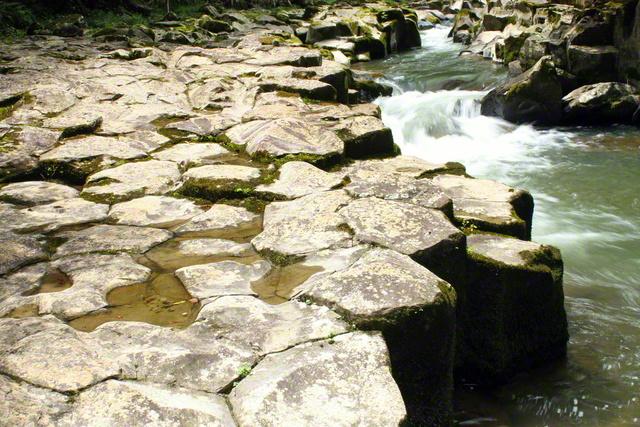 畳ケ淵には、溶岩が冷えて形成された六角形の玄武岩が整然と並んでいる(山口県萩市)=山口支局・笹原晋一通信員