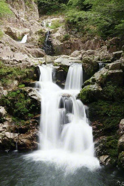 30メートルの落差を3段に分けて流れ落ちる「三段滝」。国の特別名勝「三段峡」の一部を成す(広島県安芸太田町)=中国支社