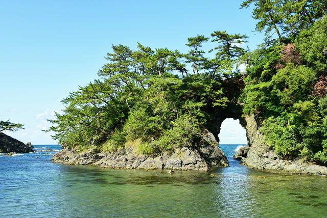城山公園の名勝「明鏡洞」。日本海の荒波が作り出した景観が広がる(福井県高浜町)=福井支局
