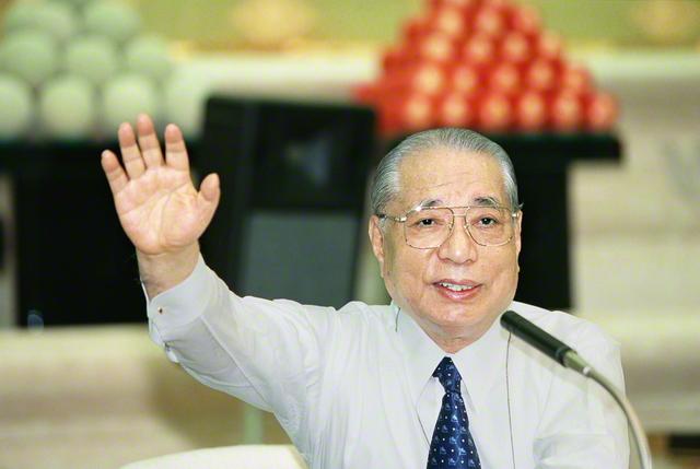 新世紀が開幕した2001年1月の第1回本部幹部会でスピーチする池田先生(八王子市の東京牧口記念会館で)。今再び、第1回の本部幹部会から、師弟の「不二の旅」を開始しよう