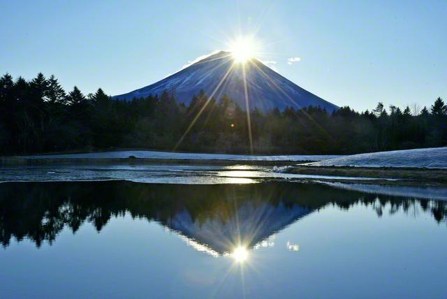 2021年の元日、富士山頂に初日の出が重なり、荘厳な「ダイヤモンド富士」が現れた(山梨・本栖湖周辺で)