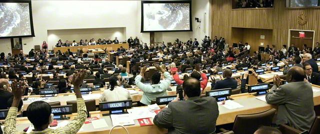 国連の交渉会議で核兵器禁止条約が採択。被爆者やSGIをはじめ市民社会の代表も参加した(2017年7月、ニューヨークの国連本部で)©International Campaign to Abolish Nuclear weapons/Clare Conboy