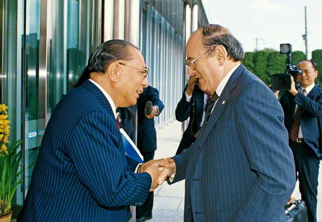 核戦争防止国際医師会議(IPPNW)の共同創設者であるバーナード・ラウン博士と再会を喜び合う池田SGI会長(1989年3月、東京・信濃町で)。両者の出会いが機縁となって、SGIとIPPNWとの交流が大きく広がり、「核兵器のない世界」を目指す連帯が築かれてきた