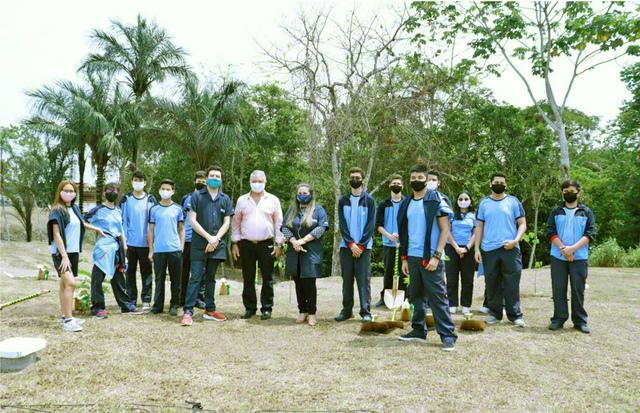ブラジルSGIの「創価研究所――アマゾン環境研究センター」による「ライフ・メモリアル・プロジェクト」の発足式。式典では、ローズウッドなどの苗木が植樹された(昨年9月、マナウス市で)