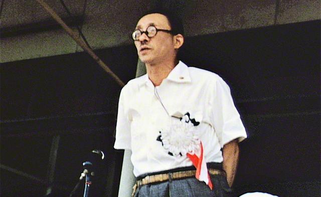 「原水爆禁止宣言」を発表する戸田第2代会長。世界の民衆の生存の権利を脅かす核兵器の使用は、いかなる理由があろうと断じて許してはならないと訴えた(1957年9月8日、横浜・三ツ沢の陸上競技場で)