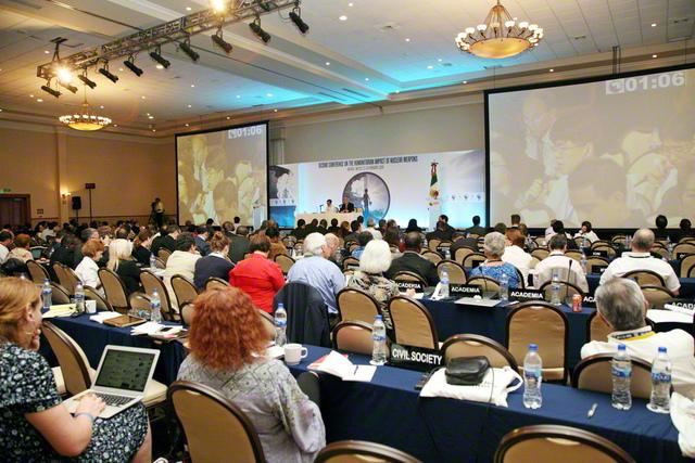 2014年2月、メキシコのナヤリットで行われた第2回「核兵器の人道的影響に関する国際会議」。全体会議でSGIの代表が発言するとともに、期間中、同会議の唯一の関連行事として、SGIなどが制作した「核兵器なき世界への連帯」展が開催された