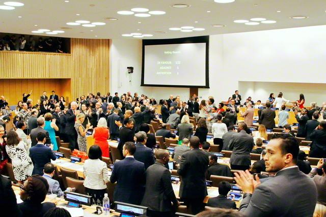 2017年7月、国連本部で採択された核兵器禁止条約。被爆者をはじめ市民社会の代表が条約の採決を見守る中、賛成国数の「122」がモニターに映し出され、多くの出席者が立ち上がって拍手で喜びを分かち合った