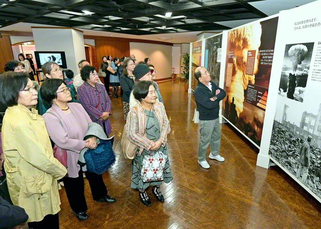 2019年11月、福岡市で行われた「核兵器なき世界への連帯――勇気と希望の選択」展。SGIがICAN(核兵器廃絶国際キャンペーン)と共同制作した同展は、2012年の広島での初開催以来、21カ国90都市以上を巡回し、草の根の意識啓発の輪を広げてきた