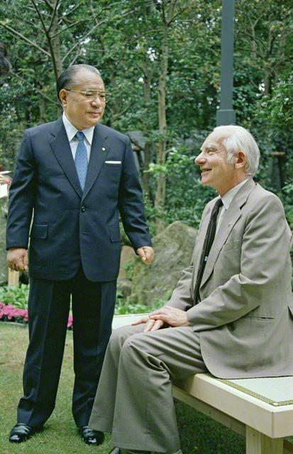 パグウォッシュ会議のロートブラット博士と、「平和の21世紀」の建設を巡る語らい(1989年10月、大阪市内で)。2006年に発刊された両者の対談集『地球平和への探究』は、英語やイタリア語をはじめ、中国語(繁体字)、ドイツ語、韓国語で翻訳出版されてきた