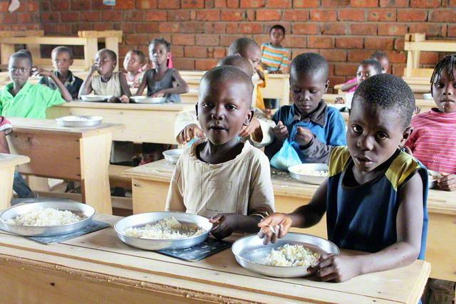 国連世界食糧計画(WFP)が、紛争や災害に見舞われた国々への食料支援とともに、長年にわたって実施してきた「学校給食プログラム」。多くの子どもたちの栄養状態の改善と健康に寄与してきた(2014年7月、中央アフリカ共和国で。AFP=時事)