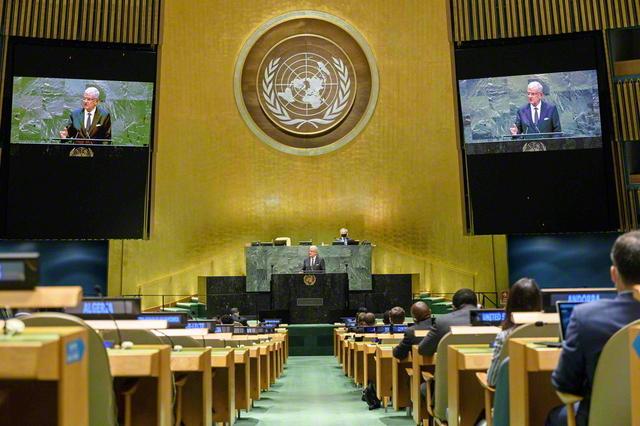 昨年9月、「私たちが望む未来、私たちが必要とする国連」をテーマに開催された国連総会の一般討論演説(ニューヨークの国連本部で。AFP=時事)。新型コロナの影響を受け、国連史上で初めて、事前収録された各国の首脳によるビデオ演説を流す形式で行われた