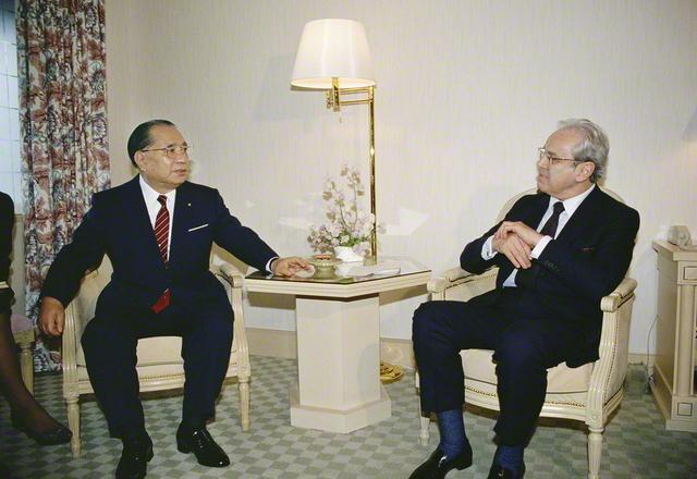 国連の第5代事務総長を務めたデクエヤル氏と3度目の会見(1989年2月、都内で)。この時、池田SGI会長が開催の構想を伝えた「戦争と平和」展は、同年10月にニューヨークの国連本部で実現。核兵器の脅威をはじめ、貧困や環境破壊などの地球的課題に焦点を当てた展示は、世界の13都市で開催された