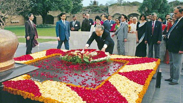池田先生ご夫妻が、ガンジーが荼毘に付されたラージ・ガートで献花。先生は芳名録に「高貴にして 偉大なる魂は 永遠に民衆の太陽として 輝き救いゆく。黄金の光を 黄金の魂よ!」と記した(1992年2月)