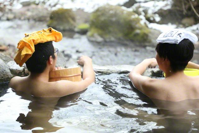 明礬温泉街から、さらに山道を分け入った奥地にある野湯で語り合う