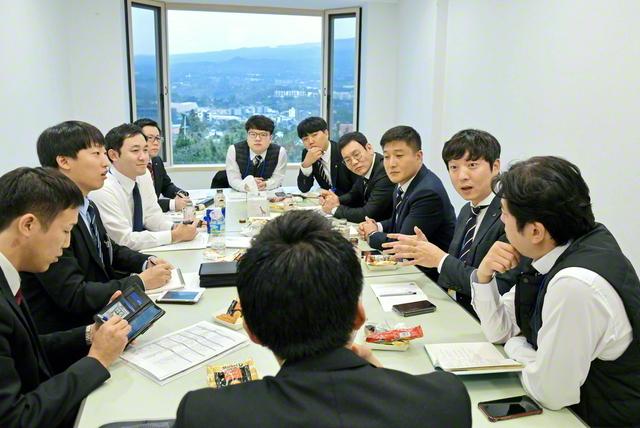 「人材育成で心掛けていることは?」「使命を感じる瞬間は?」――韓日青年友好研修会で熱く語り合う日韓の創価の若人たち(2019年12月、韓国・済州島の済州韓日友好研修センターで)