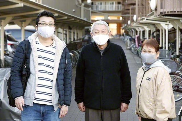 父・敏夫さん㊥、母・静江さん㊨と。不規則な生活を両親が支えてくれる