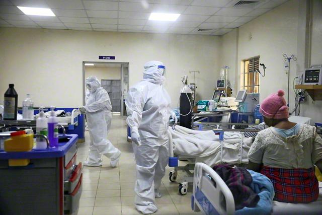 医療従事者は緊迫した局面に置かれている。ケニアで(ロイター)