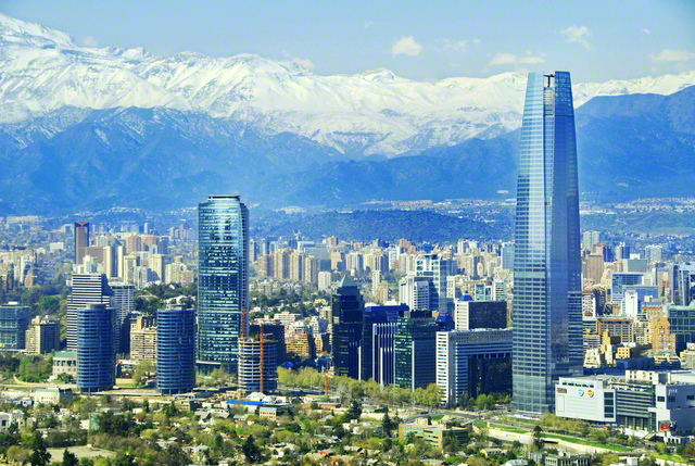 壮大なアンデス山脈を間近に望む、チリの首都サンティアゴの街並み ©アフロ