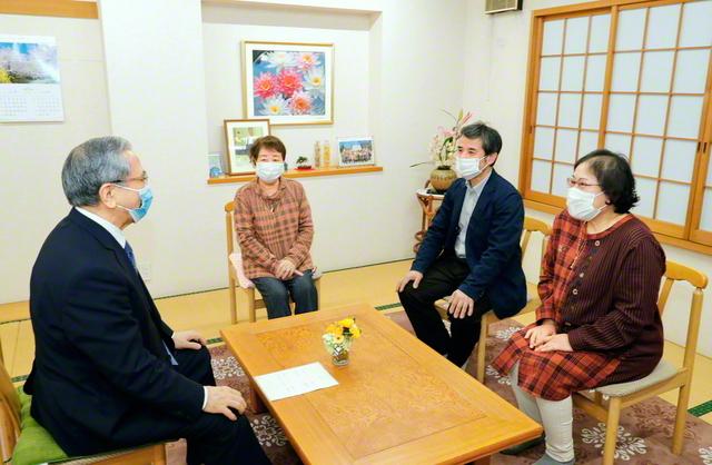 原田会長が下田康行さん(右から2人目)、量子さん(右端)、康行さんの母・伸子さんを激励した(足立区内で)