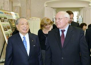 人類の平和と幸福の実現を求め、創立者・池田先生とゴルバチョフ氏は、何度も対話を重ねてきた(2007年6月、八王子市の東京牧口記念会館で)