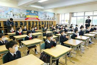 きょうから憧れの学園生!――希望に胸をふくらませて、東京小の新入生(46期)が教室に