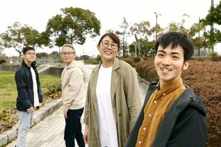 「家族みんなで幸せになることが大事」と、いつも笑顔の絶えない坂部さん(右から長男・秀明さん、坂部さん、夫・敏明さん、次男・伸明さん)