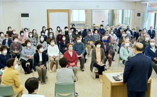 福島・新世紀圏の集いでは、同圏の婦人部長だった大野久美子さん、福島常磐総県の唐木副婦人部長があいさつ。有志による寸劇の映像も上映された(双葉会館で)