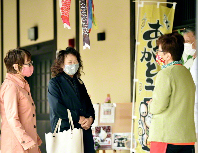 岩手・遠野市内で、地域の友人と楽しく語らう植田さん(左から2人目)