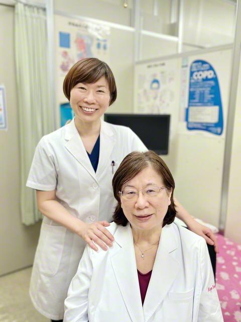 37年にわたりクリニックを営み地域医療に貢献してきた母・加代さん㊨と