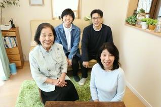 いつも笑顔にあふれている栃木さん一家(前列右から時計回りに、栃木さん、母・苅谷順子さん、長男・秀幸さん、夫・幸正さん)