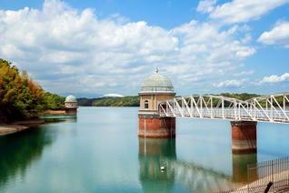 自然豊かな多摩湖。レンガ造りの壁面とドーム状の屋根をまとった取水塔が、シンボルとして立つ
