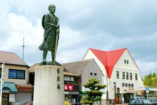 上野市駅前に立つ松尾芭蕉像。旅笠を背負い杖を持つ姿は、今にも新たな旅への一歩を踏み出すかのよう(三重・伊賀市)
