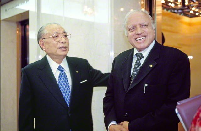 池田先生がインドの農学者スワミナサン博士と初会見(2002年10月、東京で)。04年4月に再会し、21世紀の地球社会を展望した。2人の語らいは対談集に結実
