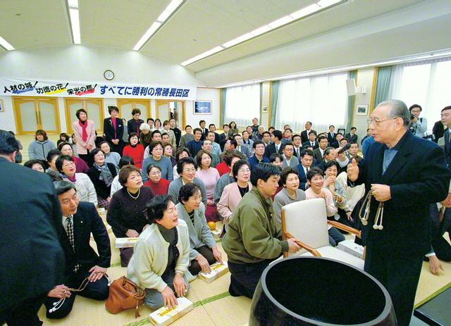 2000年2月29日、池田先生が長田文化会館(神戸市長田区)を訪問。阪神・淡路大震災の犠牲者を追善し、復興に歩む友をたたえた
